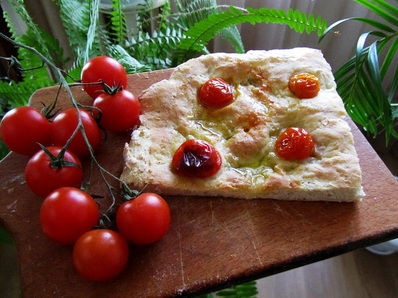 Фокача с чери доматчета