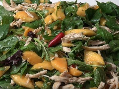 Салата с манго и пиле