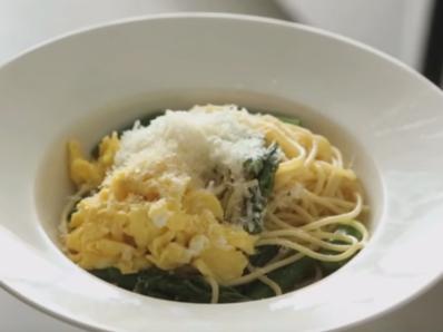 Спагети с аспержи и бъркани яйца