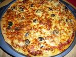 Пица с домашно тесто, лук и бекон