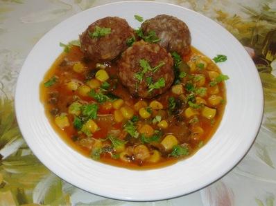 Кюфтенца с доматен сос и царевица